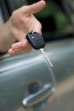 мужчина ключа руки автомобиля Стоковые Фотографии RF