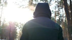 Мужчина леса зимы акции видеоматериалы