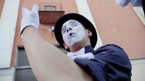Мужчина пантомимы плачет и бег прочь сток-видео