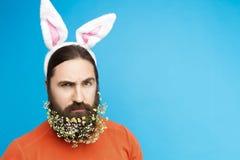 Мужчина пасхи с бородой ` s цветка на голубой предпосылке Стоковые Изображения