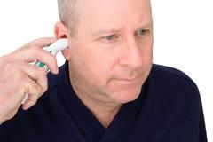 Мужчина принимая собственную температуру стоковая фотография