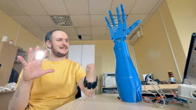 Мужчина с ампутированной рукой контролей вооружения бионической Футуристическая концепция 4K видеоматериал