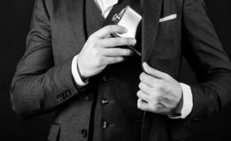 Мужчина с бородой положил склянку вискиа в карман человек имеет плохую наркоманию r холостяк и одиночное напиток человека стоковая фотография