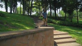 Мужчина с бородой вниз с лестницы в городе на солнечный день сток-видео