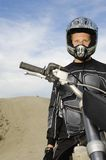 Мужчина с всадника велосипеда мотора дороги с велосипедом мотора Стоковая Фотография