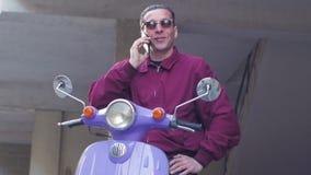 Мужчина с мотоциклом видеоматериал