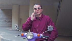Мужчина с мотоциклом сток-видео