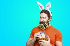 Мужчина с пасхальными яйцами на голубой предпосылке Стоковые Изображения RF