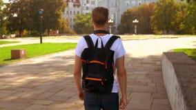 Мужчина с прогулкой рюкзака в городе сток-видео