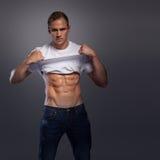 Мужчина с рубашкой abs поднимаясь вверх Стоковые Фото