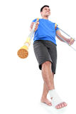 Мужчина с сломленной ногой используя костыль Стоковое Фото