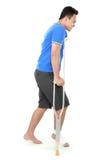 Мужчина с сломленной ногой используя костыль Стоковые Фотографии RF