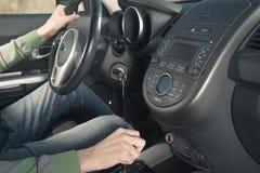 Мужчина управляя автомобилем Стоковые Фото