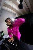 Мужчина DJ играя электронную музыку Стоковая Фотография RF