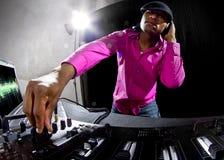 Мужчина DJ играя электронную музыку Стоковые Изображения RF