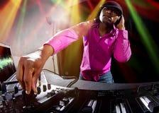 Мужчина DJ играя электронную музыку Стоковое Изображение RF