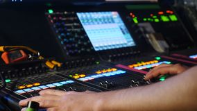Мужчина dj регулируя контроли на смешивая консоли в ночном клубе Игрок смесителя DJ DJ на ядровой консоли съемка профессионала сток-видео