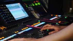 Мужчина dj регулируя контроли на смешивая консоли в ночном клубе Игрок смесителя DJ DJ на ядровой консоли съемка профессионала акции видеоматериалы