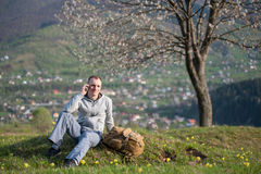 Мужчина Hiker молодой с рюкзаком на холме Стоковые Изображения RF
