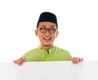 Мужчина Malay с пустой карточкой во время celebrat al-Fitr Eid raya hari Стоковая Фотография