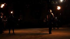 2 мужчины воюют горяче с освещенными факелами видеоматериал