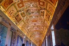 Музеи Ватикана - галерея взгляда перспективы карт Стоковые Фотографии RF