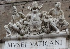 Музеи Ватикана, Musei Vaticani, скульптура над entrancedoor стоковое изображение
