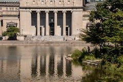 Музей в Чикаго отражен на лагуну стоковые изображения