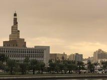 Музей исламского искусства преобладает горизонт в Дохе, Катаре Стоковое фото RF