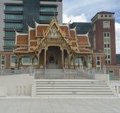 Музей и башня с часами Siriraj Bimuksthan стоковое фото rf