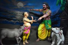 Музей пещеры Murudeshwar, Karnataka, Индия: 25,2018 -го август: Ravana давая Atma Linga к мальчику Bramhin стоковое фото