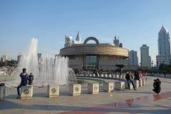 Музей Шанхая с квадратом людей Шанхая стоковая фотография