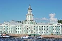 Музей Kunstkamera в Санкт-Петербурге на emb университета стоковые изображения