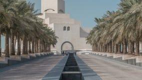 Музей ` s Катара исламского timelapse искусства на своем искусственном острове около карниза Дохи видеоматериал