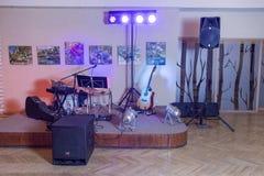 Музыкальные инструменты и таблица DJ, света, микрофон и дикторы Фото 2018 перемещения декабрь стоковая фотография rf