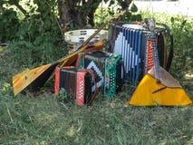 Музыкальные инструменты лежа на траве в тени под деревом стоковое фото rf