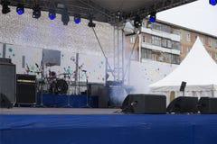 Музыкальные инструменты на этапе в концертном зале Стоковые Фото