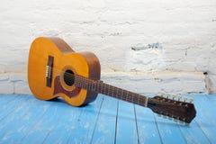 Музыкальный инструмент - кирпич b акустической гитары 12-строки белый Стоковые Фотографии RF