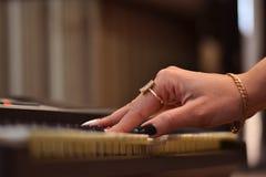 музыкальный инструмент - рояль, в процессе игры стоковая фотография rf