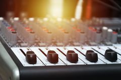 Музыкальный крупный план усилителя на предпосылке дикторов Стоковое Изображение RF