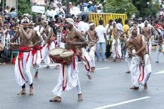 Музыканты выполняют вдоль улиц Канди в течение дня Perahera в Канди, Шри-Ланки Стоковое Изображение RF