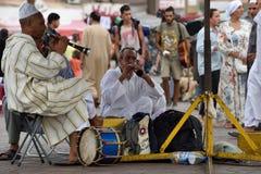 Музыканты в Jemaa el Fna придают квадратную форму на заходе солнца стоковые фото