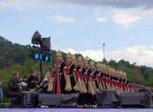 Музыканты и женский состав ансамбля положения академичного народного танца Adygeya Nalmes на фестивале черкесского chee Стоковое Фото