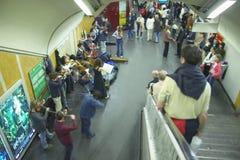 Музыканты оркестра играя в станции метро, Париже, Франции Стоковые Фотографии RF