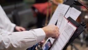 Музыканты подготавливают к представлению в филармоническом обществе видеоматериал