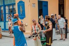 музыканты связывая что сыграть затем и получить готовый для масленицы улицы в городе Гаваны Стоковые Изображения RF