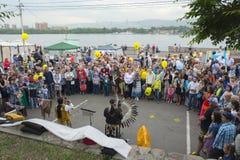 Музыканты толпы круглые во время праздника Стоковые Фото