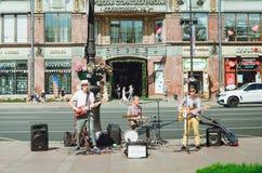 Музыканты улицы играют музыкальные инструменты на перспективе Nevsky в Санкт-Петербурге стоковые фото