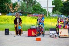 Музыканты улицы в американских индийских костюмах Стоковое фото RF
