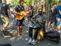 Музыканты улицы играют стальные барабанчик и гитару руки в Париже, Франции Стоковое Фото